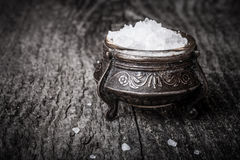 Sel de ‹d'†de ‹d'†de mer dans un grand dispositif trembleur de sel antique sur le vieux tabl en bois Photographie stock libre de droits