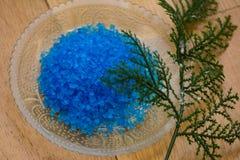 Sel de bain bleu photos stock