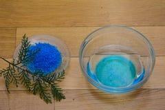 Sel de bain bleu image stock