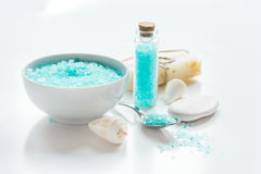 Sel de bain, crème corporelle et coquilles bleus pour la station thermale sur le fond blanc de table photographie stock