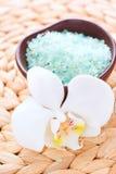 Sel de Bath et fleurs des orchidées Photographie stock