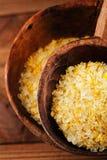 Sel de citron de Citron dans des cuillères en bois rustiques Photo stock