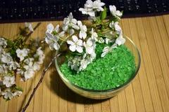 Sel de mer verte pour la salle de bains et la branche fleurissante Photos libres de droits