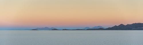 Sel du ` s du monde le plus grand plat, Salar de Uyuni en Bolivie, photographiée au lever de soleil image stock