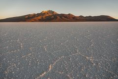 Sel du ` s du monde le plus grand plat, Salar de Uyuni en Bolivie, photographiée au lever de soleil photo libre de droits