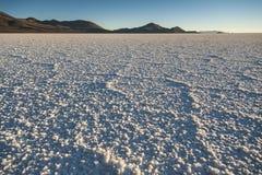 Sel du ` s du monde le plus grand plat, Salar de Uyuni en Bolivie, photographiée au lever de soleil images libres de droits