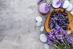Sel essentiel de lavande avec la vue supérieure de fleurs Photographie stock