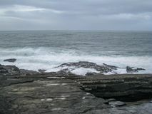 Sel et jet de barattage - manière atlantique sauvage, Irlande photographie stock