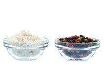 Sel et poivre de mer dans la cuvette en verre Photographie stock libre de droits