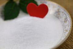 Sel naturel de mer d'un plat avec la feuille verte et amour rouge Photo stock