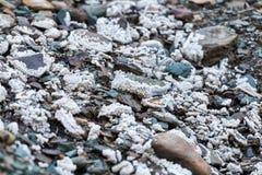 Sel rugueux naturel sur des pierres image stock