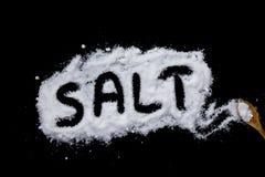 sel sur un fond noir photographie stock
