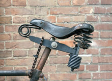 Sela de couro da bicicleta fechado ao quadro com uma corrente Imagens de Stock