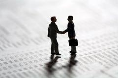 Selando uma transação de negócio com um aperto de mão Foto de Stock