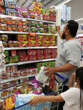 Selangor, Малайзия - 18-ое сентября 2017: Покупки бакалей на Tesco Bandar Puteri, около Bukit Mahkota и Bandar Seri Putra Стоковое Изображение RF