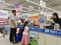 Selangor, Малайзия - 18-ое сентября 2017: Покупки бакалей на Tesco Bandar Puteri, около Bukit Mahkota и Bandar Seri Putra Стоковая Фотография