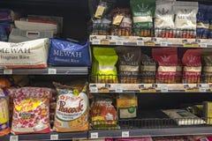 SELANGOR MALAYSIA - 12 JUNI, 2017: Variation av ris packar skärm på kuggen i hypermart på Puncak Alam, Malaysia Royaltyfri Foto