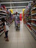 Selangor, Malezja - 18 2017 Wrzesień: Sklepu spożywczego zakupy przy Tesco Bandar Puteri blisko Bukit Mahkota i Bandar Seri Putra fotografia stock