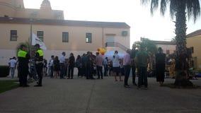 Selargius, Italië - 09 Juni 2017: Mensen worden afgerond die om te horen polit royalty-vrije stock foto