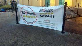 Selargius Italien - 09 Juni 2017: Politisk flagga med logo av Arkivfoton