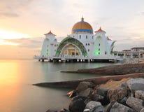 Selat的Melaka清真寺在日落期间 免版税图库摄影