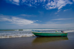 SELBEN, ECUADOR - 6. MAI 2016: Fischerboot auf dem Strand im Sand an einem schönen Tag herein mit sonnigem Wetter in einem Blau Stockbilder