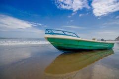 SELBEN, ECUADOR - 6. MAI 2016: Fischerboot auf dem Strand im Sand an einem schönen Tag herein mit sonnigem Wetter in einem blauen Stockfotos