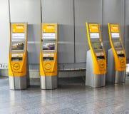 Selbst- Abfertigungsanlagen an internationalem Flughafen Frankfurts Lizenzfreie Stockbilder
