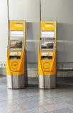 Selbst- Abfertigungsanlagen an internationalem Flughafen Frankfurts Stockfoto