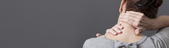 Selbst-Acupressure für entspannende Schulter und Rückenschmerzen, graues langes Panorama Stockfotos