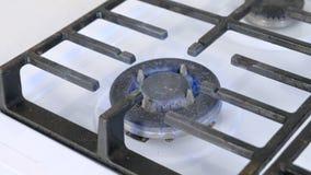 Selbst-Anz?nden gro?en Gas berner, das auf das cooktop Gas sove sich dreht Gasherd mit Gitter stock footage