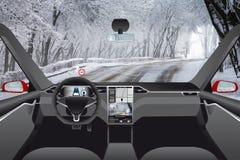 Selbst, der Auto ohne Fahrer auf einer Winterstraße fährt lizenzfreies stockbild