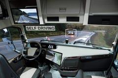 Selbst, der elektrischen LKW auf einer Straße fährt lizenzfreies stockbild