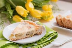 Selbst gebackener Kuchen mit frischem Rhabarber und süßer Sauerrahmfüllung Stockfotos