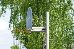 Selbst gemacht Basketballkorb im Yard draußen an einem sonnigen Tag stockfotografie