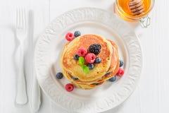 Selbst gemacht goden amerikanische Pfannkuchen mit frischem Beerenobst stockfotos