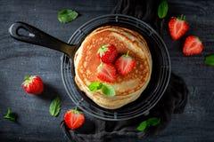 Selbst gemachte amerikanische Pfannkuchen zum Frühstück lizenzfreies stockfoto