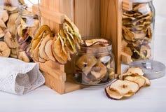 Selbst gemachte Apfelchips Dörrobst Abschluss oben lizenzfreie stockfotos