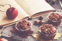Selbst gemachte Apfelmuffins und Rezeptbuch Stockfotografie