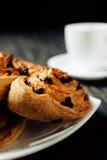 Selbst gemachte Bäckerei mit Schokolade auf dunklem Holztisch Stockfotografie