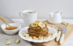 Selbst gemachte Bananen-Acajoubaum-Pfannkuchen Lizenzfreie Stockfotos