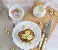 Selbst gemachte Bananen-Acajoubaum-Pfannkuchen Stockfotos