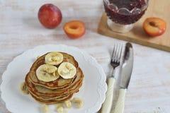 Selbst gemachte Bananen-Acajoubaum-Pfannkuchen Stockbilder