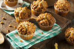 Selbst gemachte Bananen-Nuss-Muffins Stockfotos