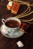 Selbst gemachte belgische Waffeln, Tasse Kaffee Lizenzfreies Stockfoto