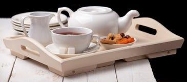 Selbst gemachte Biskuite und Tasse Tee Stockfotos