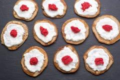 Selbst gemachte Blinis mit Sauerrahm und rotem Kaviar Stockfoto