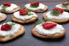 Selbst gemachte Blinis mit Sauerrahm und rotem Kaviar Lizenzfreie Stockfotos