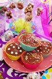 Selbst gemachte Bonbons auf Geburtstagsfeiertabelle für Kind lizenzfreie stockfotografie