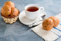 Selbst gemachte Brötchen und eine Tasse Tee Stockfoto